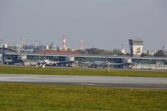 Vista del aeropuerto de Okecie en Varsovia Imágenes de archivo libres de regalías