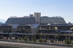 Vista del aeropuerto internacional de Sochi de parte de St Nicholas Church en el distrito de Moldovka Adler del pueblo Imagen de archivo