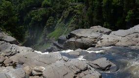 Vista del agua de conexión en cascada que baja sobre las rocas en el barranco Sainte-Anne metrajes