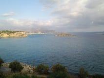 Vista del agua y de la ciudad asombrosas de Grecia fotografía de archivo