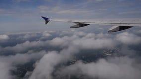 Vista del ala de la línea aérea sobre las nubes metrajes