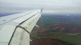 Vista del ala de un aeroplano a través de la ventana metrajes