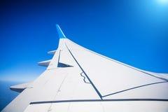 Vista del ala del avión de reacción con el cielo azul Imagen de archivo