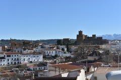 Vista del Alcazaba dalla città di Guadix con un fondo di Sierra Nevada fotografie stock libere da diritti