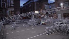 Vista del aluminio grande de la etapa del concierto colocado en calle entre casas viejas del ladrillo almacen de metraje de vídeo