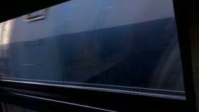 Vista del ambiente y de los pueblos de una ventana del tren rápidamente que va metrajes