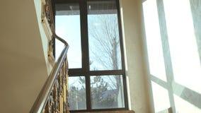 Vista del apartamento casero, escaleras de madera 4K metrajes