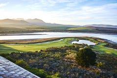Vista del arabella del campo de golf de la laguna de Botrivier y del MES de desatención Imagen de archivo libre de regalías