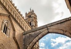 Vista del arco y de la torre de la catedral de Palermo con perspectiva de debajo, Sicilia, Italia imágenes de archivo libres de regalías