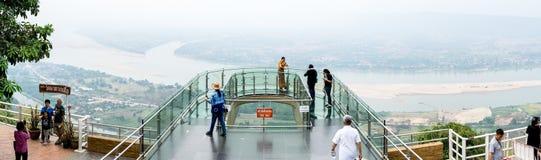 Vista del balcone trasparente famoso al tempio di Wat Pha Tak Suea fotografie stock