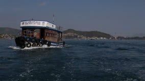 vista del barco con los buceadores que derivan a las islas contra el ferrocarril aéreo almacen de video