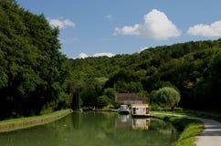 Vista del barco de canal y del barco de río, canal du Nivernais, Borgoña Fotos de archivo libres de regalías