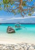 Vista del barco tradicional en la playa de la isla de Coron, Filipinas Foto de archivo