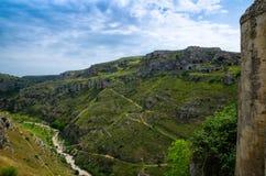 Vista del barranco con las rocas y las cuevas Murgia Timone, Matera Sassi, fotografía de archivo