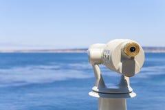 Vista del binocolo che esamina l'oceano fotografie stock libere da diritti