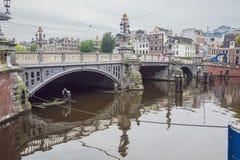 Vista del Blauwbrug sopra il Amstel immagini stock