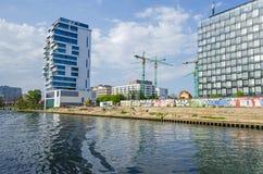 Vista del blocchetto di torre dei Vivere-livelli, nuovo lotto di costruzione con il cra Fotografia Stock Libera da Diritti