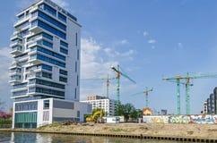 Vista del blocchetto di torre dei Vivere-livelli, nuovo lotto di costruzione con il cra Fotografie Stock Libere da Diritti