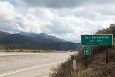 Vista del borde de San Bernadino de la carretera del mundo Imágenes de archivo libres de regalías