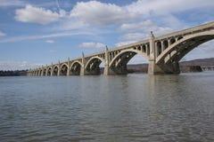 Vista del bordo delle acque del ponte d'annata Fotografia Stock