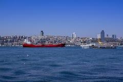 Vista del Bosphorus y las naves y las gabarras que navegan con él Vista de Estambul con el Bosphorus imagen de archivo