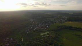 Vista del bosque, casas de campo contra el cielo azul con las nubes en puesta del sol en el verano, Rusia metrajes