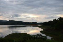 Vista del bosque, de recursos hídricos y de montañas Imágenes de archivo libres de regalías