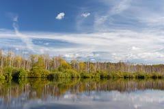 Vista del bosque del otoño del agua Fotografía de archivo