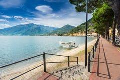 Vista del boulevard e della spiaggia di Dongo con floatplane, lago C Fotografie Stock