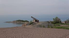Vista del cañón viejo en la mañana costera de Hanko de las rocas principios de junio finlandia metrajes