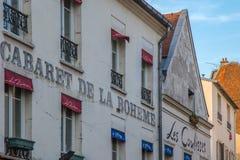 Vista del cabaret tipico di Parigi, facciata di Cabaret de la Boheme immagini stock libere da diritti