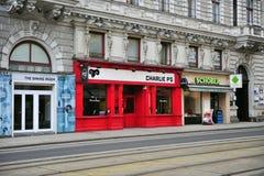 Vista del caffè e dei negozi nella via di Vienna Fotografia Stock