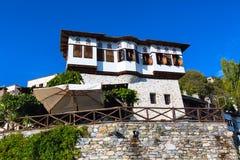 Vista del caffè e della via al villaggio di Makrinitsa del Pelio, Grecia fotografie stock libere da diritti