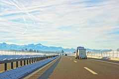 Vista del camino con la mini furgoneta en Suiza en invierno Fotos de archivo