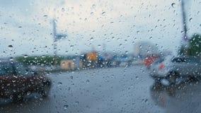 Vista del camino de la ventanilla del coche a través de la lluvia blur almacen de video