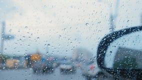 Vista del camino de la ventanilla del coche a través de la lluvia blur metrajes