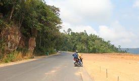 Vista del camino del campo con la moto Fotos de archivo libres de regalías