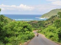 Vista del camino del campo con la moto Foto de archivo