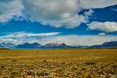 Vista del camino, del lago Argentino y de las montañas Patagonia de Argentina en otoño imágenes de archivo libres de regalías