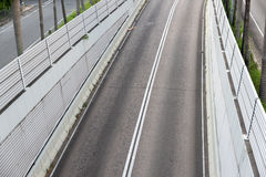 Vista del camino medio con las paredes grandes Imagenes de archivo