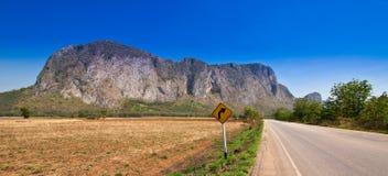 Vista del camino rural y del cielo azul Imagen de archivo libre de regalías