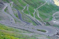 Vista del camino serpentino de Stelvio Pass desde arriba Fotos de archivo libres de regalías