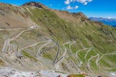Vista del camino serpentino de Stelvio Pass desde arriba Fotos de archivo
