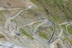 Vista del camino serpentino de Stelvio Pass desde arriba Imágenes de archivo libres de regalías