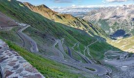 Vista del camino serpentino de Stelvio Pass desde arriba Foto de archivo libre de regalías