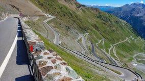 Vista del camino serpentino de Stelvio Pass desde arriba Fotografía de archivo libre de regalías