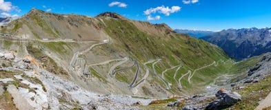 Vista del camino serpentino de Stelvio Pass desde arriba Imagen de archivo