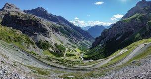 Vista del camino serpentino de Stelvio Pass, lado de Bormio Imagen de archivo libre de regalías