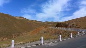 Vista del camino y de montañas foto de archivo libre de regalías