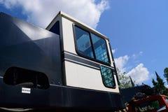 Vista del camion e del caricatore del ceppo il giorno di estate immagine stock